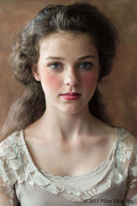 Naar aanleiding van 17e eeuws portret. ( lady Hamilton Emma Hart -1782 schilder George Romney)  by peter valentijn