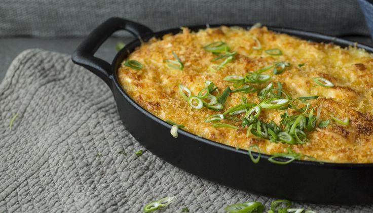 Ostegratinert potetstappe gir potetene litt ekstra luksusfølelse. Denne potetstappen passer særlig godt til en varmende pølsegryte.