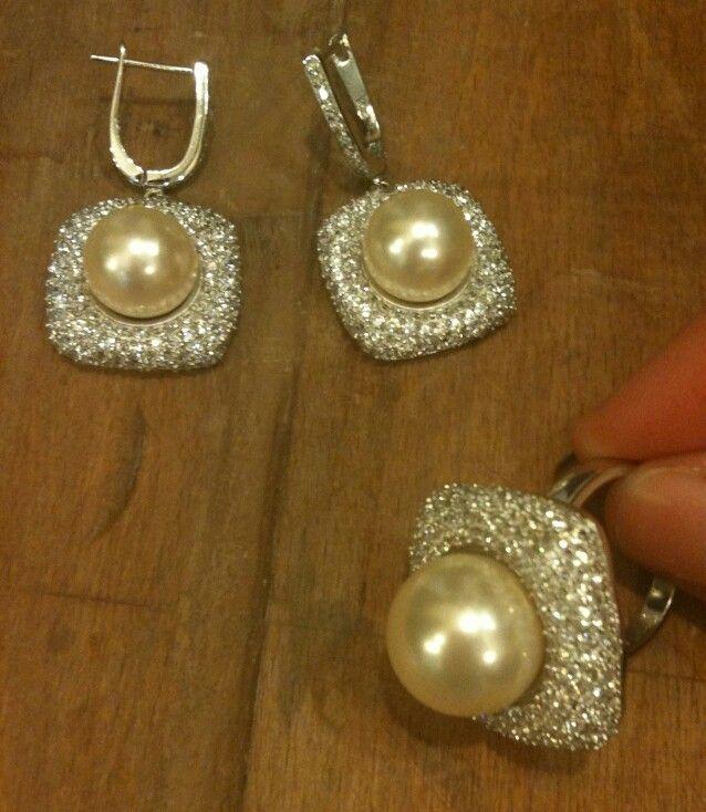 Gelinlik ya da şık elbiselerinizle severek kullanabileceğiniz Mayorka incisi ve zirkon taşlardan oluşan 925 ayar Gümüş küpe ve yüzüğümüz  #inci #pearl #pearls #incikupe #inciküpe #kupe #küpe #earring #yuzuk #yüzük #ring #gumus #gümüş #silver #takı #taki #aksesuar #gelinaksesuarı #gelinlik