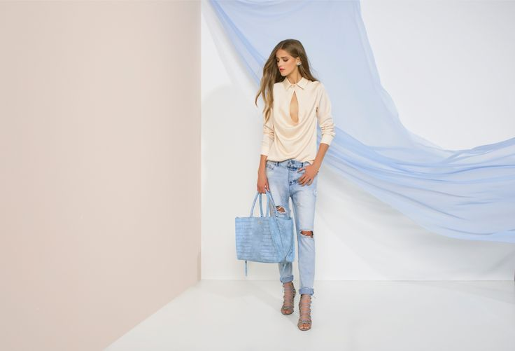 https://joshv.com/kleding-joshv/collectie/seventeen-joshv-17 Beach bar party gear! The sexy JOSH V Mindy blouse is a real eye-catcher both in a beach bar and at the office. Wear it with the damaged Phyllis Trousers and a pair of Healy Heels to complete the look. Add the elegant Lizzy Bag to carry all your favourite items with you! #JOSHV #Highsummer #Summer #Lookbook #Damaged #Jeans #Top #Bag #Heels #Outfit