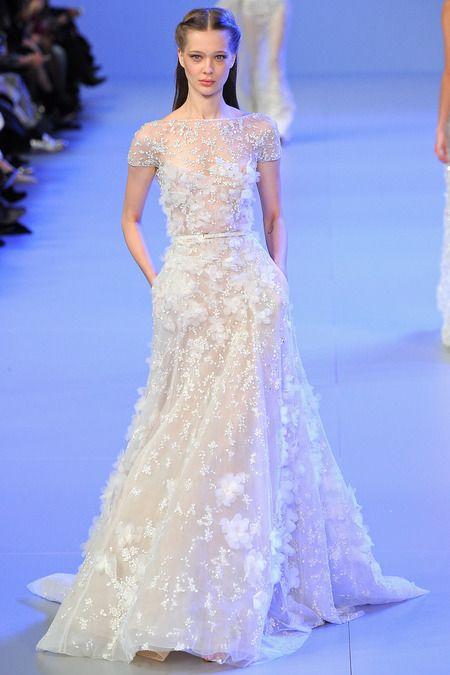 Os vestidos de Elie Saab são verdadeiros objetos de desejo. Com acabamento impecável, suas coleções leves e esvoaçantes, que acentuam a silhueta feminina, são usadas por noivas, mães, madrinhas e convidadas no mundo inteiro. Nossa inspiração!