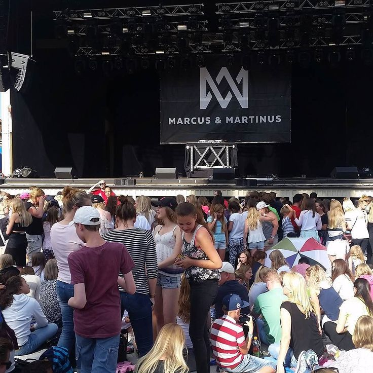 Trogna fans redan på plats konsert börjar kl20 så det är en stund kvar typ 25 h...pappa fick hålla plats medans dotter och fru åker.....  kanske skulle ha åkt berg å dalbana istället;)