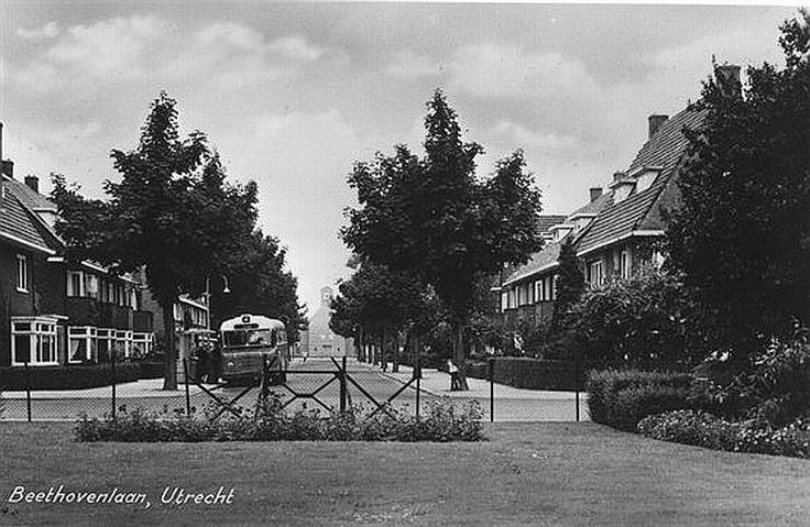 Wijk Oog in Al   Beethovenlaan 1960   Vanaf de Händelstraat. Op de achtergrond de Mattheuskerk