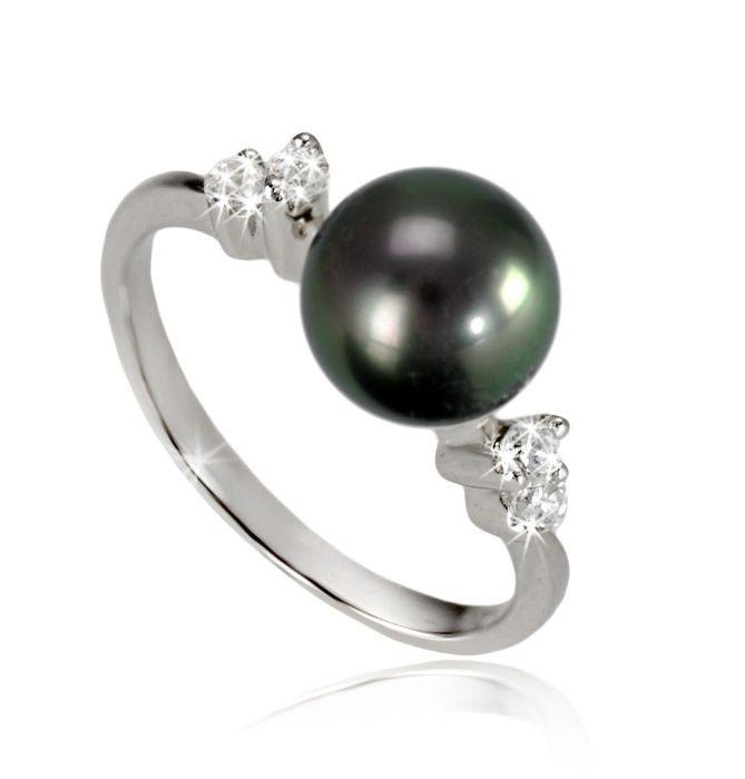 Elegancki pierścionek z perłą Tahiti, w oprawie z białego złota zdobionej brylantami. Urocza ozdoba kobiecej dłoni i piękne uzupełnienie biżuteryjnej kolekcji każdej miłośniczki pereł. #pierścionek #pierscionek #ring #perły #pearls #жемчуг  #brylanty #diamonds #biżuteria #jewellery #jewelry #luxury #luxurylife #quality #fashion #style #piekny #piękny #beautiful #cute #shining #beauty