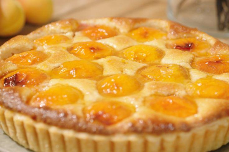 Een simpele maar zeer lekkere taart om het abrikozenseizoen mee af te sluiten. Meng eventueel nog wat mascarpone met een beetje honing om bij de taart te geven of serveer ze puur.