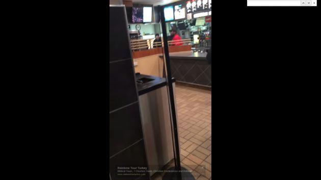 YouTube: Empleado de McDonald's estalla en ira tras ser despedido