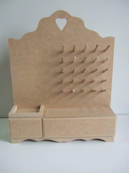 Peça ideal para organização de careteies. Possui lugar para colocar uma almofada para colocar agulhas e alfinetes. Peça em mdf cru. R$ 24,50