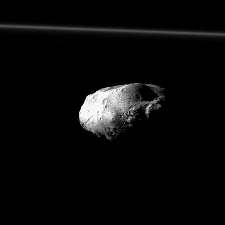Cassini spia Prometeo, luna di Saturno. La sonda americana Cassini ha scattato questo straordinario ritratto di Prometeo, il 6 Dicembre. Si tratta di una delle più dettagliate immagini di Prometeo attualmente disponibili, con una risoluzione di 220 metri per pixel. L'immagine è stata scattata a 37 mila chilometri di distanza. Appena visibile nella porzione superiore dell'immagine è l'anello F, poco oltre l'orbita di Prometeo. Leggi la notizia su Polluce Notizie.