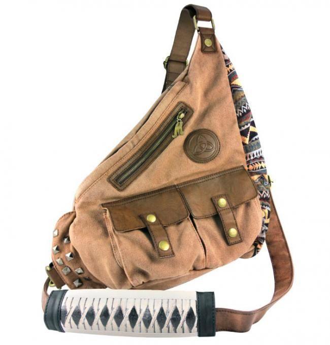 Bolso Michonne 40 cm. The Walking Dead. Crowded Coop Fantástico bolso de la protagonista y mata zombies Michonne de 40 cm, fabricado en material de tela junto con piel sintética. Un bolso útil y práctico con un montón de bolsillos 100% oficial y licenciado.