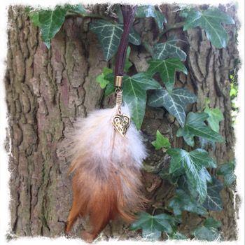 """Wunderschöne Halskette aus Hahnenfedern und einem Bronze Anhänger """"Keltisches Herz"""" in edler Schmuckbronze. Details auf meiner Homepage."""