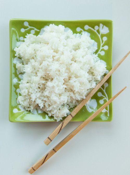 Recette de riz parfaite à l'autocuiseur à riz. Mettre du vinaigre de riz assaisonnée au lieu de nature. Ne pas ajouté le sel et sucre car tout est dans le vinaigre assaisonnée. Riz à sushi de base de Geneviève Everell Recettes | Ricardo