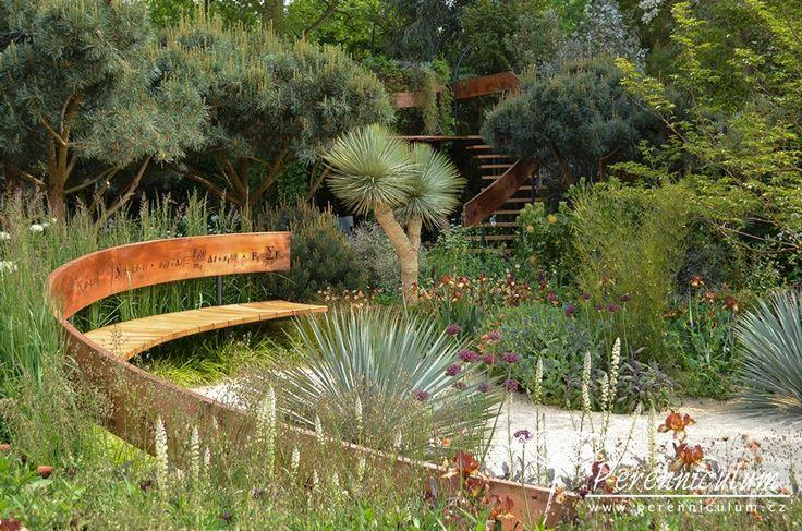 The Winton Beauty of Mathematics Garden, zahradní architekt Nick Bailey. Zahrada oslavuje matematické algoritmy, které lze najít v životě rostlin.  Protáhlá lavička a zatočené schodiště reprezentují rostoucí semenáček.