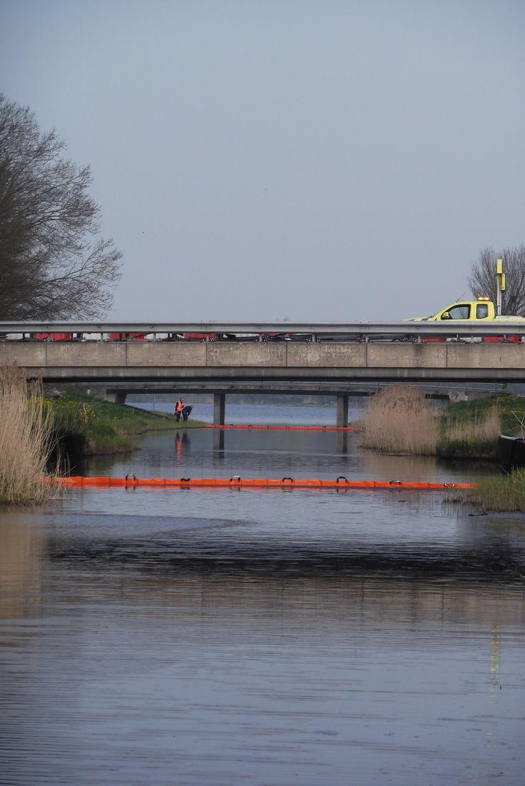 """Vrijdag 24 april 2015, Almere, Waterwijk. Laatste nieuws van """"De Smartfoon"""" : Waterwijk ontsnapt aan olieramp. Snel ingrijpen voorkomt een ramp!"""