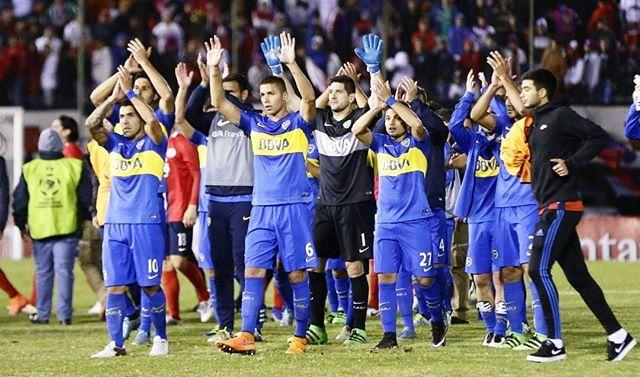 Jugadores saludan a la hinchada de Boca tras finalizar el partido.