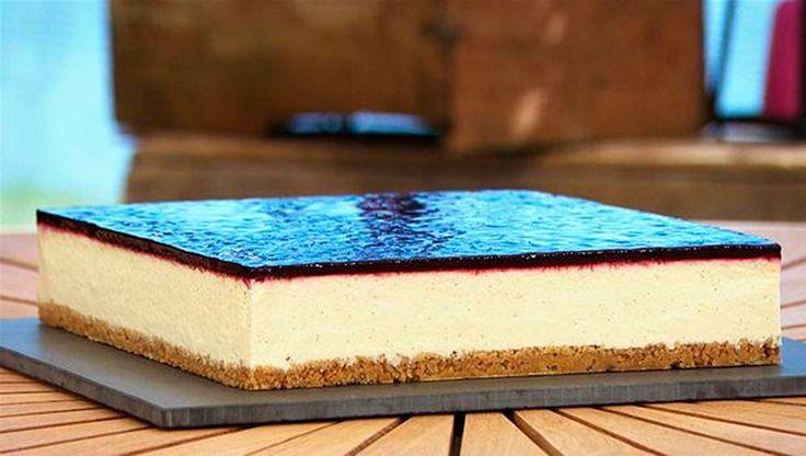 Cheesecake med kiksebund, lækker ostecreme og solbærgelé på toppen (fra Den Store Bagedyst)
