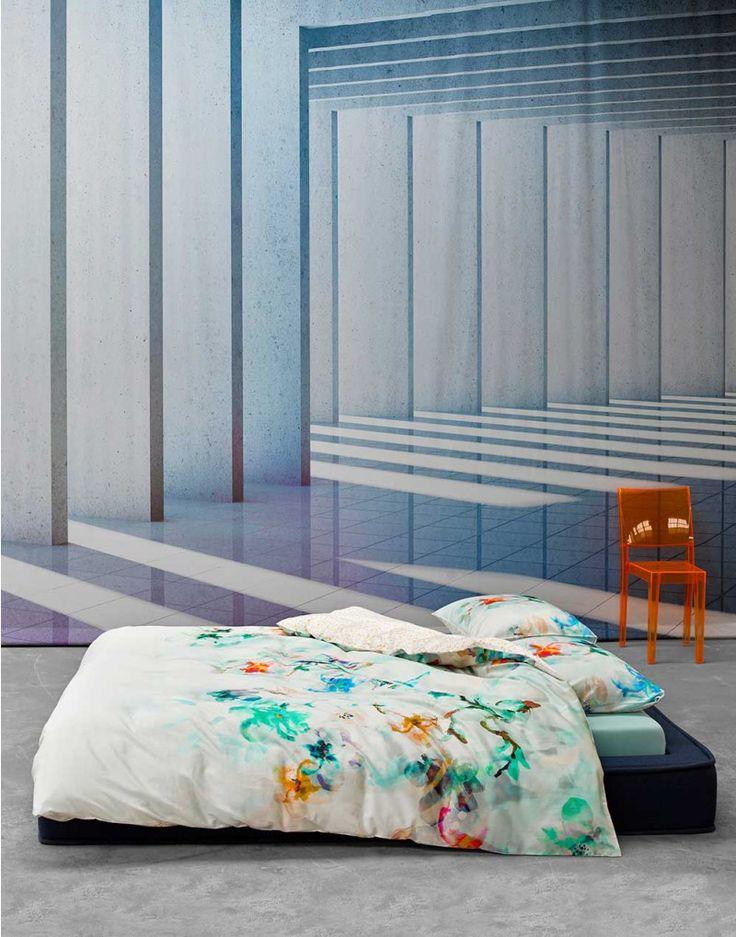 Romantici opgelet, dit witte dekbedovertrek met bloemenprint fleurt de hele slaapkamer op. De aqua, blauwe, paarse en gele bloemen lijken er zo met aquarel op te zijn geschilderd… Oogverblindend mooi. De achterzijde is bedrukt met een al even vrolijk, natuurlijk stippelpatroon.