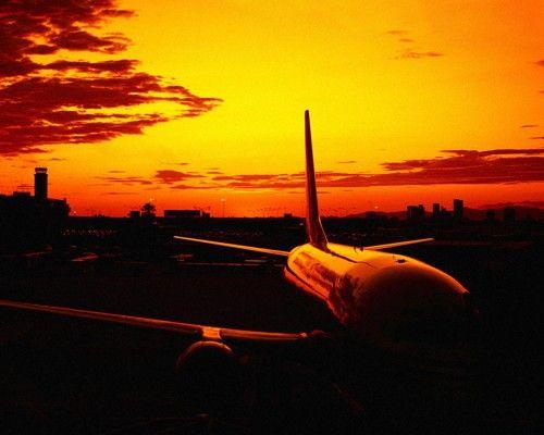Avión iluminado por el amanecer.