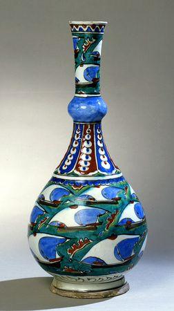 Iznik bottle. Turkey, ca. 1600.
