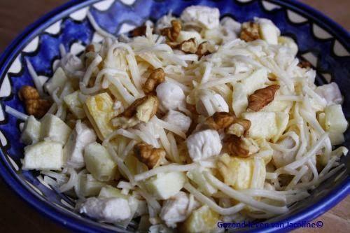 Gezond leven van Jacoline: Kip selderij salade  1 pot selderij 1 appel in blokjes 1/2 verse ananas in blokjes 1 kipfilet flinke hand walnoten 1 volle eetlepel creme fraiche 1 volle eetlepel mayonaise snufje kerrie zout laurierblaadje Bereiding