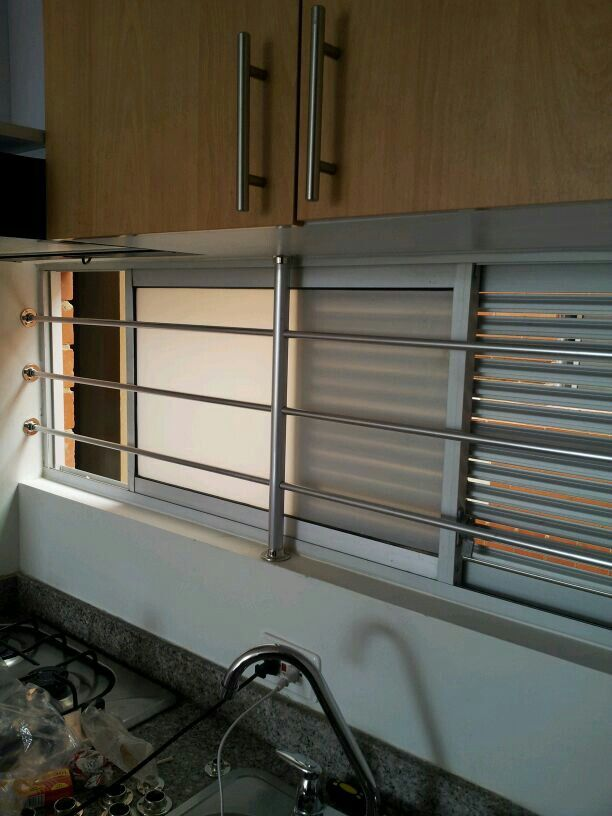 Reja fácil de instalar hecha con tubos de aluminio y bases de cortinas