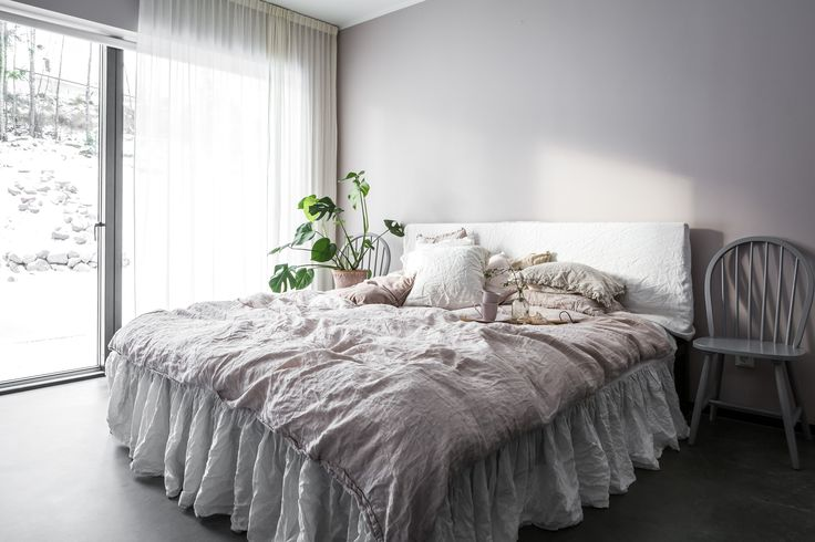 Sheets Dirty Linen. Bed skirt H&M Home. Plant monstera. Pot Bergs Potter. Custom made curtains.