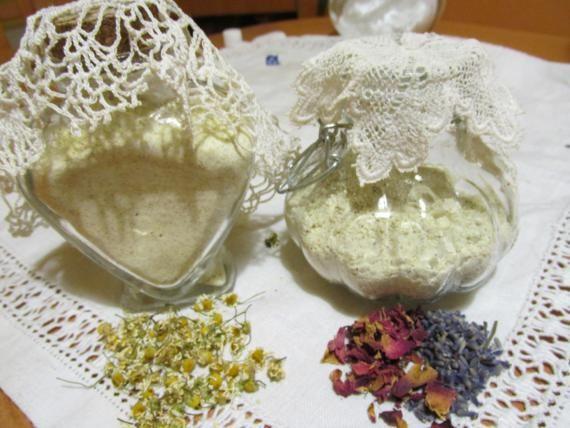 Természetes hintopor: 10 dkg kukoricaliszt vagy kukorica-keményítő, 5 dkg szódabikarbóna, 1 dkg rózsaszirom, 1 dkg levendula virág, 2 csepp levendula illóolaj,1 csepp geránium illóolaj. Túl érzékeny, irritált bőrre kamillával is készíthetjük. Elkészítése Az illóolaj kivételével az összetevőket turmixgéppel (aprító funkció) porrá őröljük. További finomítás céljából átszitáljuk, az illóolajjal illatosítjuk és jól zárható üvegben tároljuk.