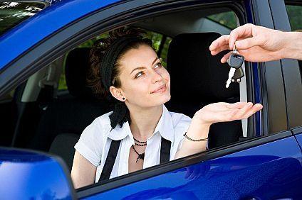 kobieta odbierająca kluczyki od samochodu