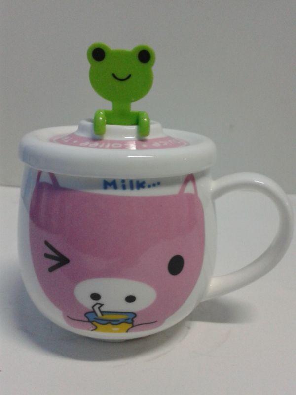 Mug decorativo en cerámica color rosa con cuchara de rana ice. #MugsDecorativos