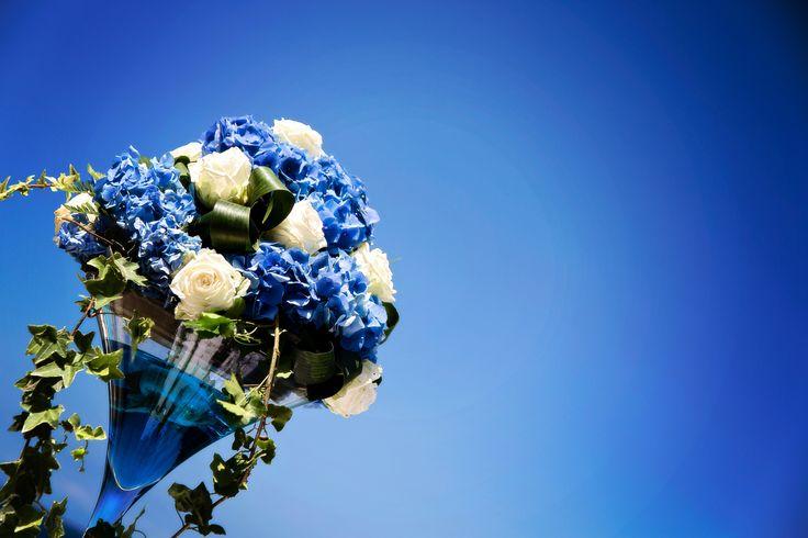 Il cielo immenso di blu dell'Isola d'Elba, un cielo che si unisce magicamente al colore del mare che cangia a seconda della geologia di questa terra. Nella foto il dettaglio di un allestimento floreale curato da Rossella Celebrini, wedding planner ed event creator #exclusive #wedding #decor #flowerdesigner #decoration #fiorimatrimonio #stylistflowers #allestimentoflorealematrimonio #lecreazionidirose #sky #sea #sun #mare #sole #cielo #blu# #elba #tuscany www.weddinginelba.it