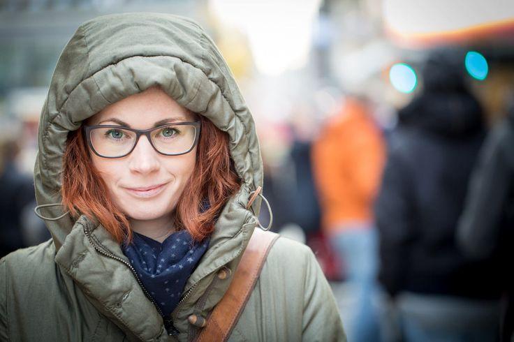 Porträtt taget på Drottninggatan mitt i Stockholm med ett Canon 100mm macro objektiv.