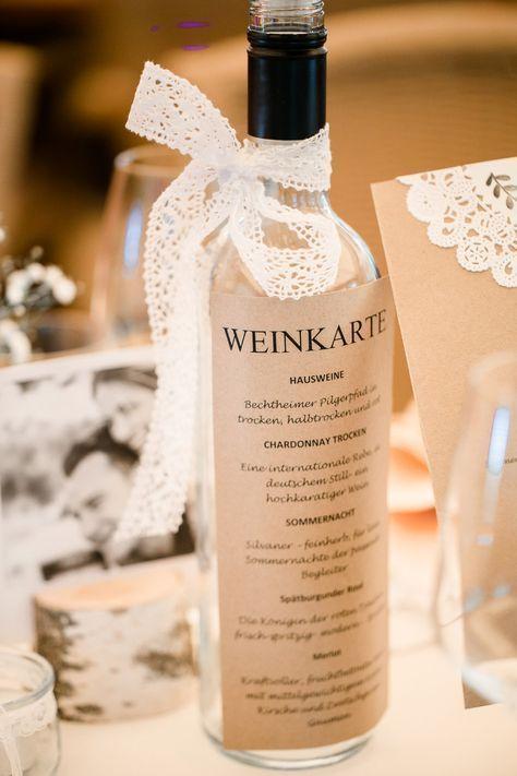 Weinkarte bei der Hochzeit als Etikett auf einer Flasche Foto: Annika & Gabriel F