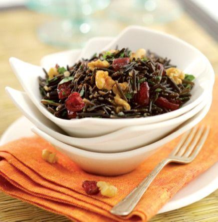 O arroz selvagem possui grãos longos e estreitos e uma textura mais carnuda e firme do que o arroz habitual. Esta salada de nozes, arandos secos, ervas aromáticas e molho picante é um ótimo prato de acompanhamento.