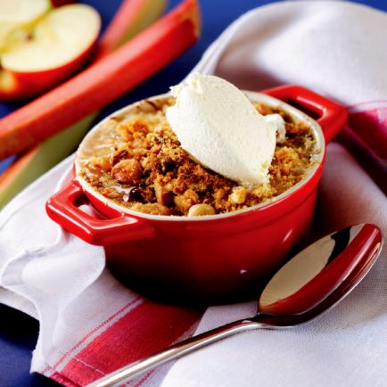 Apple and Rhubarb Crumble! A crunchy and yummy #dessert to make your day sweeter :)