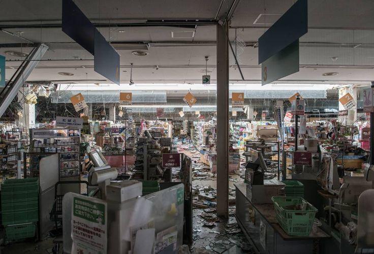 Viaggio nelle zone colpite dalla fuga radioattiva dopo il terremoto e lo tsunami del 2011. Tra case ed edifici abbandonati e inaspettati scenari laddove la vegetazione ha riconquistato spazi (Olycom)
