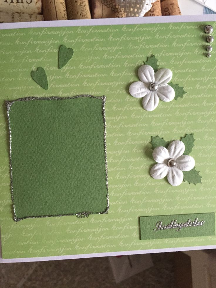 Dette er min invitation til min konfirmation. Jeg håber at nogle kan bruge den til inspiration! Den mørkegrønne firkant er til et billede. Indeni er der en grøn baggrund indrammet i sølv glimmer lim og derpå står teksten.