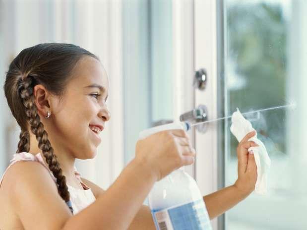 Receita de limpa-vidros: misture num borrifador 250 ml de álcool isopropílico com 250 ml de água e uma colher (sopa) de vinagre de vinho branco  Foto: Getty Images