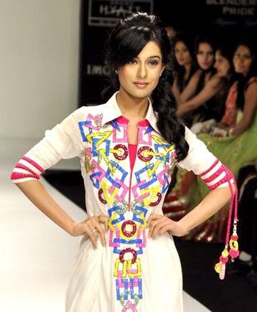 Amrita Rao walking the ramp for Archana Kochar at Lakme Fashion Week 2012– Day 5 --- I loooooooooooove the outfit