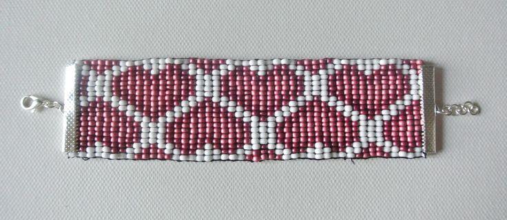 Bracelet large perles de rocaille tissées motif coeurs
