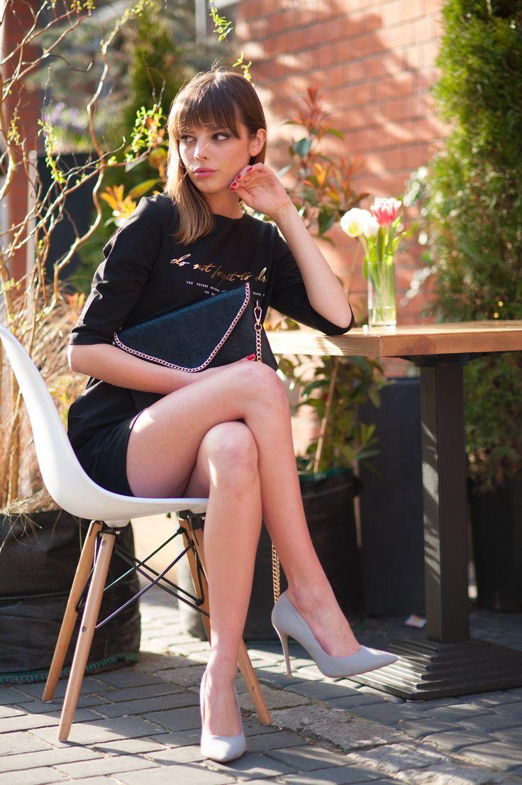 Elegancka, klasyczna tunika z kieszeniami / Kopertówka na łańcuszku / Więcej na www.estrela.pl / tunic, dress, classic, classical, elegance, elegant, woman, classy, chic, business, outdoor, look, inspiration, stylization, polish girl, heels, handbag, small, mini, black, design, fashion