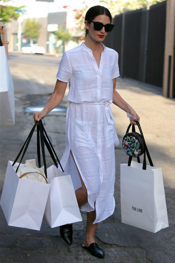 10 maneiras de atualizar o look com vestido chemise. Lily Aldridge Vestido branco, mule preto