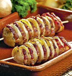 1. Se spală cartofii bine în 2-3 ape și se pun să fiarbă în apă cu un praf de sare. Se lasă să fiarbă la foc mediu. După aceea, se scot, se lasă să se răcorească și se taie rondele potrivite, nici foarte groase, dar nici foarte subţiri. 2. Se iau feliile de bacon și …