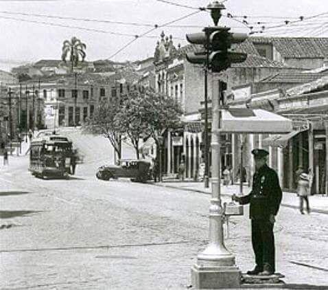 Largo de Piques (hoje este trecho está próximo à Praça das Bandeiras), notem o detalhe do semáforo manual