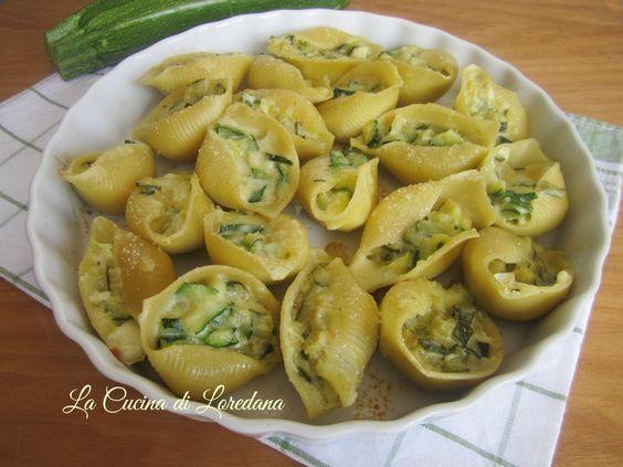 Un primo piatto squisito, ideale anche da portare nel vostro cestino da picnic per una gita al mare o in montagna: Conchiglioni ripieni di Zucchine