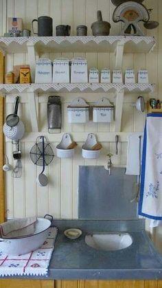 Im Vintagestil organisierte Küche mit Regalen und Häkeldeckchen #diy #dekoration
