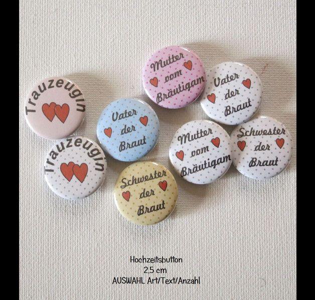 **Ab 1 Button 2,5cm  Herzen, Button´s für die Hochzeit. Farbe,Text Auswahl** Ob Mutter,Vater, Bruder,Schwester ect der Braut oder des Bräutigam oder Trauzeuge,Trauzeugin  Alles ist möglich....