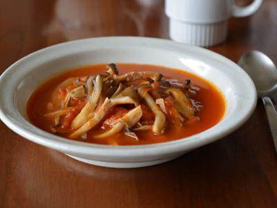 ・きのこ(好みのものを3~4種類) 200g ・たまねぎ(薄切り) 1/2個分 ・トマト缶(ホール) 1缶 ・オリーブ油 大さじ3 ・塩 適量  作り方 1. きのこは乾いたキッチンペーパーなどで汚れをふいてから石づきを取り、しめじ、まいたけ、エリンギなどは手で食べやすく割く。しいたけやマッシュルームなどは包丁でスライス。 2. 鍋にオリーブ油大さじ2を入れて熱し、きのこを広げるように入れ、動かさずにしばらく強火にかける。きのこに軽く焼き目がついたら、大きく返して塩ふたつまみと水30ml(分量外)を入れ、水分が飛ぶまで加熱する。 3. 鍋にたまねぎ、オリーブ油大さじ1、塩ひとつまみを入れ、中火にかけて3分炒める。鍋にトマト缶のトマトをつぶしながら汁ごと加え、塩をふたつまみ足して約10分煮る。トマトが少し煮詰まったら、2のきのこと水500ml(分量外)を加え、沸騰したら弱火で約5分煮る。塩で味を調えたら完成。
