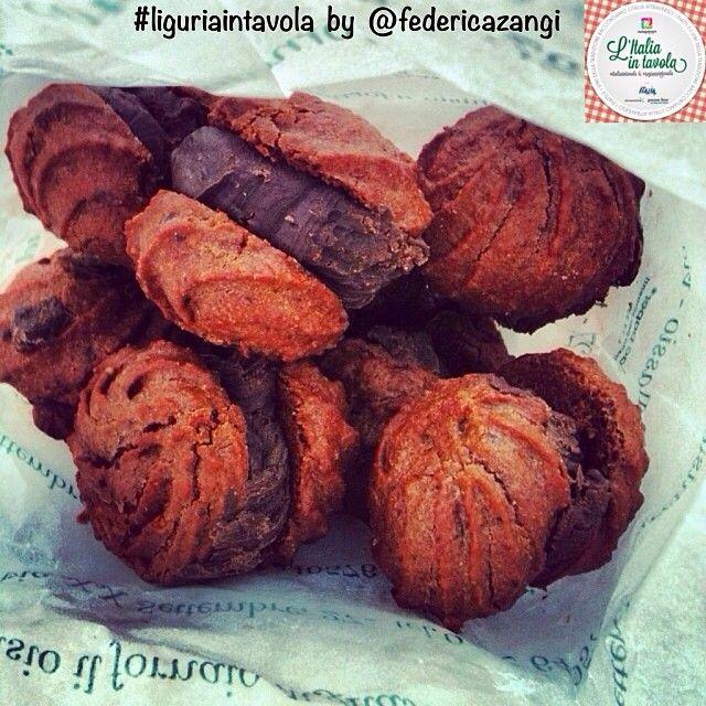 Ci spostiamo in provincia di #Savona per gustare i 'Baci di #Alassio' #italiaintavola #liguriaintavola #traditionalfood #italianfood #italiancake #liguria #italianrecipe