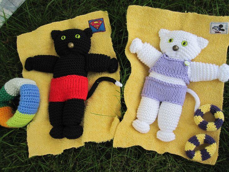 Knitted cats in bathingsuits. Strikkede katte. Konrad og Katinka holder sommerferie. Gratis opskrift hos Strik, smil & finurlige finesser på Facebook.