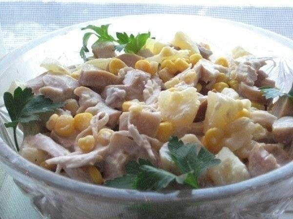 Салат из курицы с ананасамиЛегкий, вкусный, но вместе с тем очень сытный салат, идеально подходящий для тех, кто худеет. Вы так же можете заменить низкокалорийную заправку на обычный майонез или сметану, по вкусу.Ингредиенты:1 небольшая куриная грудка (с кожей и костями)1 маленькая баночка консервированной кукурузы1/2 банки консервированных ананасо...