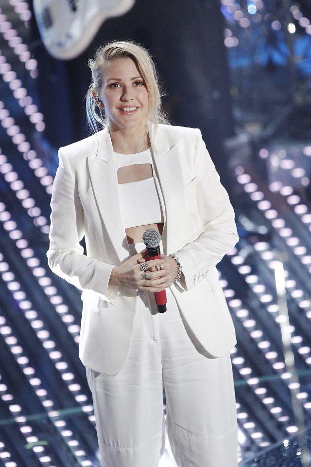 Pantaloni ampi, blazer e micro top bianchi, la cantante britannica ha cantanto la sua hit 'Love Me Like You Do', per cui è stata nominata a due Grammy Awards